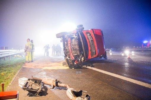 Acht Autos kollidieren mit Lkw-Ladung
