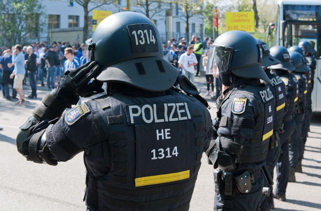 Bei vielen Fußballspielen der ersten und zweiten Bundesliga (wie hier in Stuttgart vor einem Spiel des VfB gegen den Karlsruher SC) hat die Polizei jede Menge zu tun, um die Ordnung zu gewährleisten. Bisher zahlt dies der Steuerzahler. Foto: Lichtgut - Oliver Willikonsky