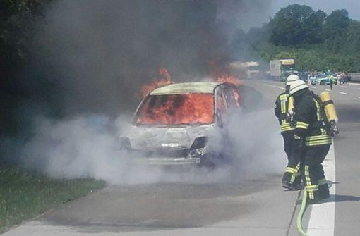 Auto brennt vollständig aus