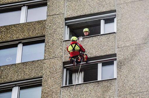 Stuttgarter Feuerwehr seilt sich aus 13. Stock ab