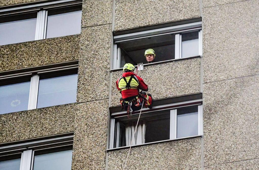 Die Einsatzkräfte der Höhenrettung Stuttgart seilen sich in die betroffene Wohnung im 12. Stock ab. Foto: 7aktuell.de/David M. Skiba