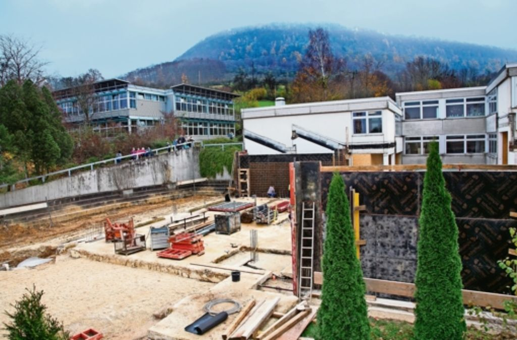 Mit der im Bau befindlichen Mensa werden das Rechberggymnasium (links) und die Messelbergschule zu einem gemeinsamen Campus verschmelzen. Sechs fünfte Klassen sind in dem Kooperativen Bildungszentrum beheimatet. Foto: Ines Rudel