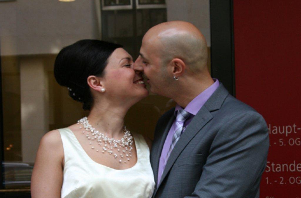 Vor dem Stuttgarter Standesamt geben sich Vita (25) und Niko (38) Ioannou den ersten Kuss als Eheleute. Foto: Tina Hägele