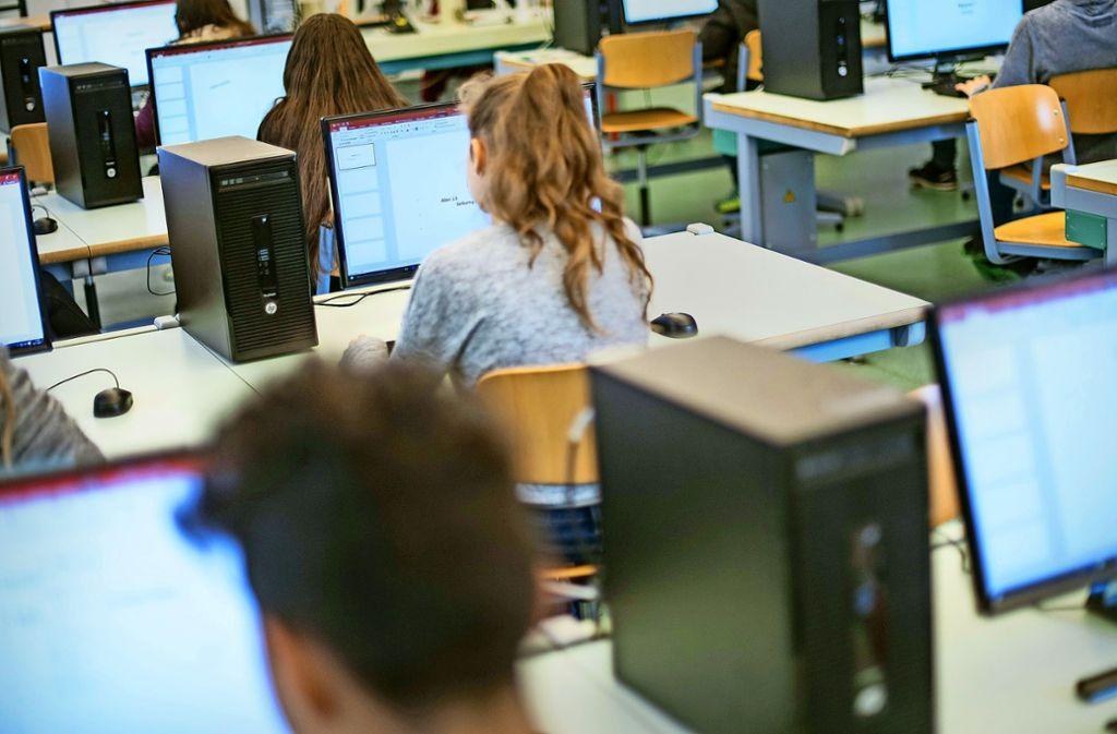An der digitalen Ausstattung der Schulen entzündet sich der politische Streit um Zuständigkeiten. Foto: dpa