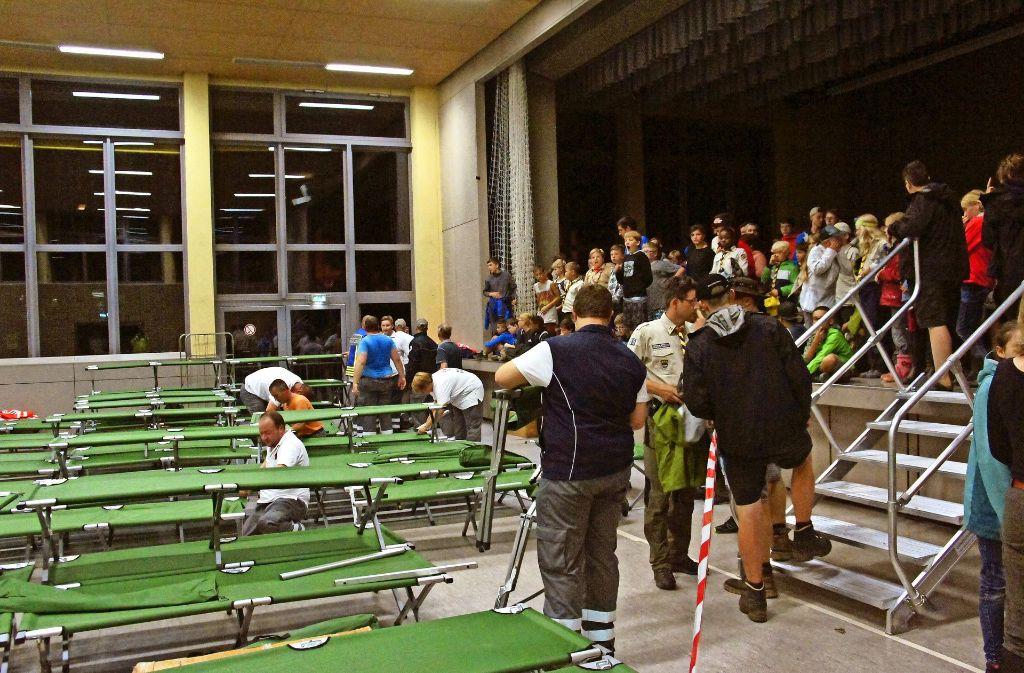Sicher ist sicher: In der Albuchhalle wird ein Bettenlager für die Pfadfinderkinder aufgebaut. Foto: Klaus-Dieter Kirschner
