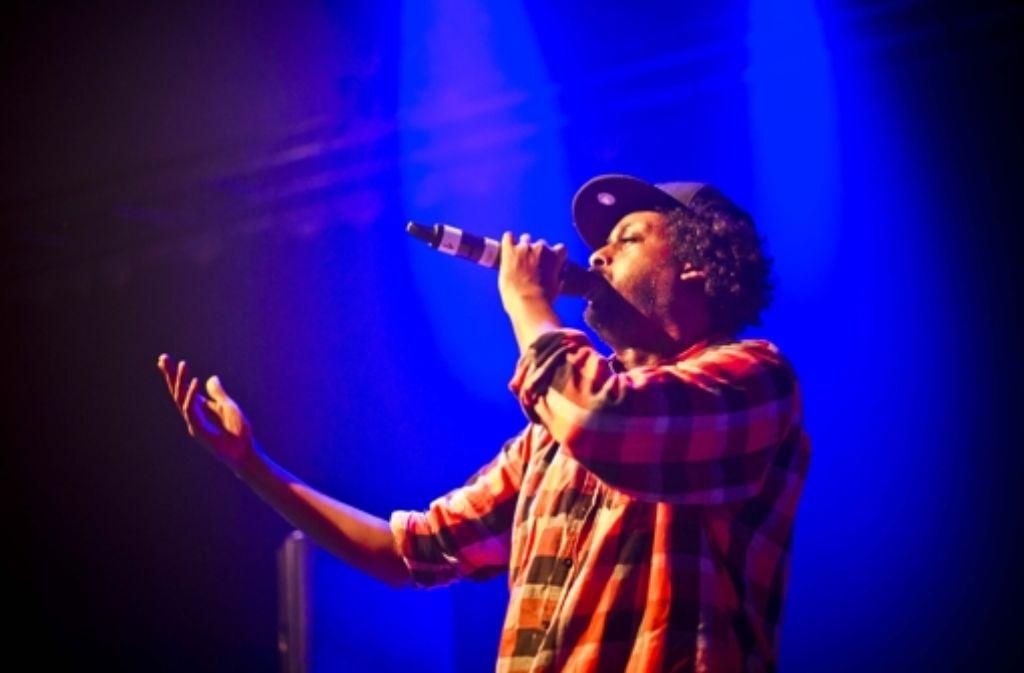 Afrob gehört immer noch zu den besten Live-MCs in Deuschland, das hat er bei seinem Auftritt in den Wagenhallen in Stuttgart gezeigt. Weitere Eindrücke vom Konzert zeigen wir in der Fotostrecke. Foto: Lichtgut/Max Kovalenko