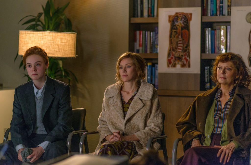 """Das Familiengleichgewicht von Ray (Elle Fanning, l.), Mutter Maggie (Naomi Watts) und Großmutter Dolly (Susan Sarandon) gerät in """"Alle Farben des Lebens"""" durcheinander. Foto: Tobis"""