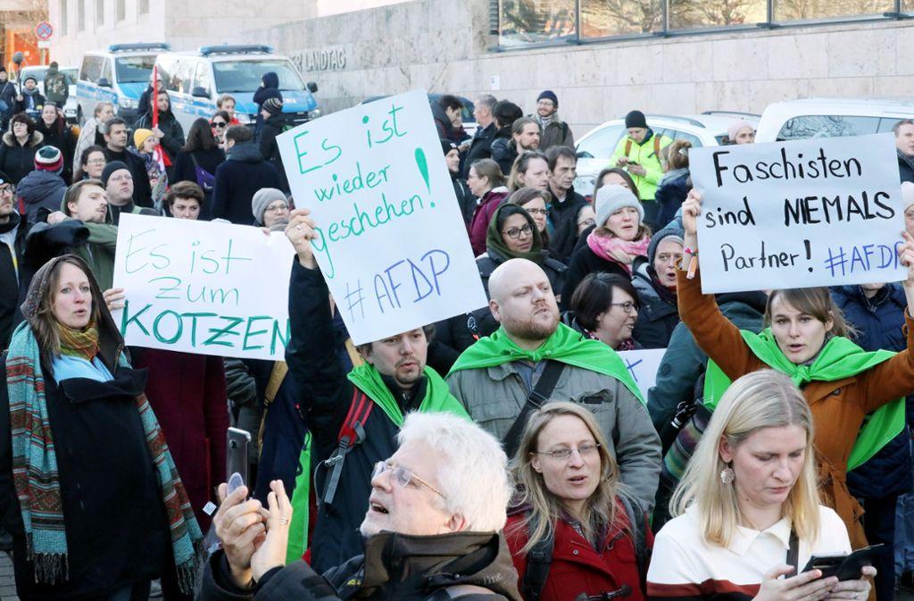 "Demonstranten in Erfurt. Sie skandierten: ""Wer hat uns verraten? Freie Demokraten!"" Foto: dpa/Bodo Schackow"