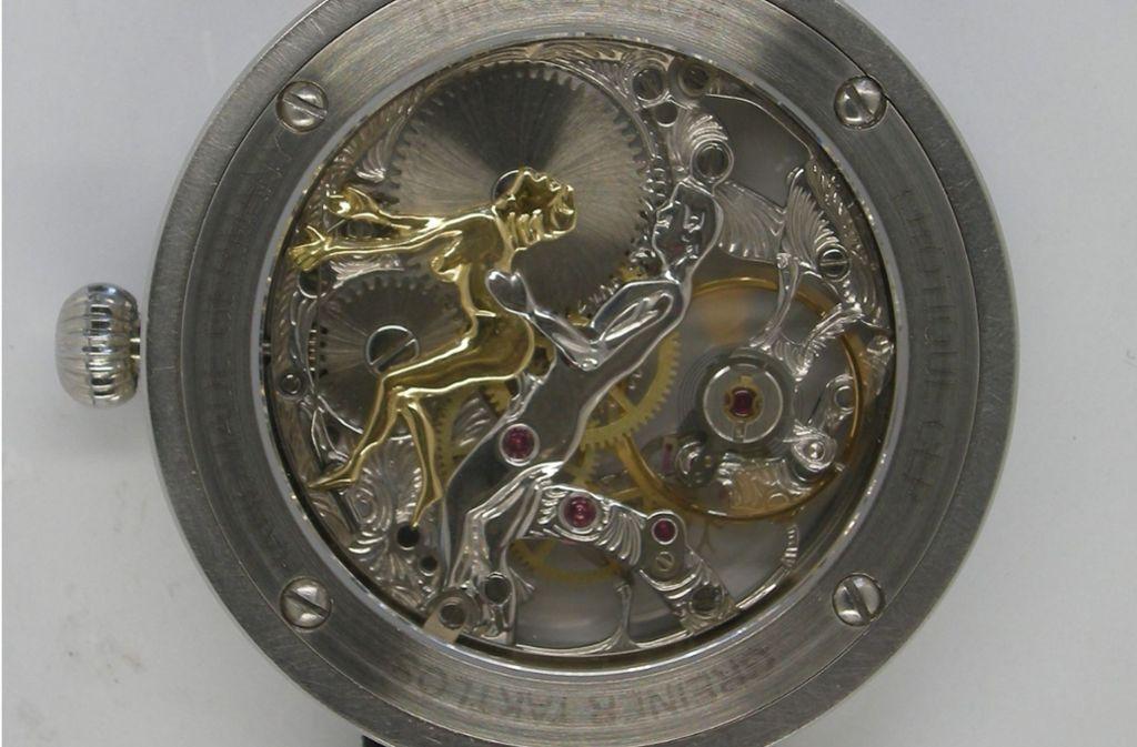 Die Rückseite einer der gestohlenen Uhren offenbart ein pikantes Geheimnis. Foto: Polizei
