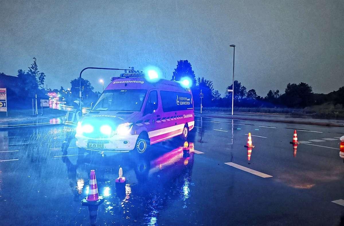 Die Kornwestheimer Feuerwehr in der Aldinger Straße: Die Straße  nach Remseck stand unter Wasser. Foto: Freiwillige Feuerwehr Kornwestheim