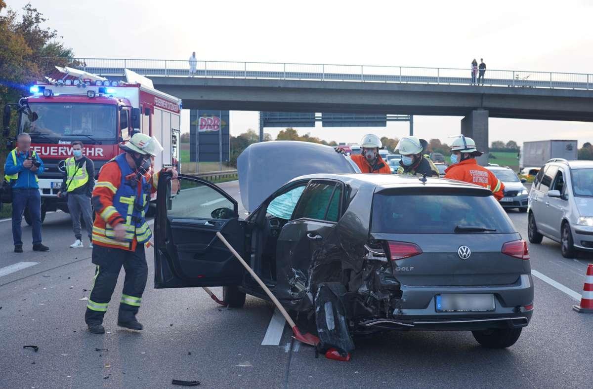 Der VW musste von der Autobahn geräumt werden. Foto: Andreas Rosar Fotoagentur-Stuttgart