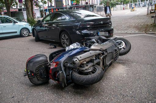 Rollerfahrer von Auto erfasst und verletzt