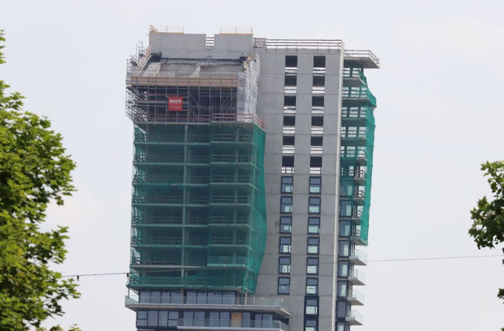 Der heutige Blick: Zwei Löcher sind im schrägen Tower-Dächle. Foto: Patricia Sigerist