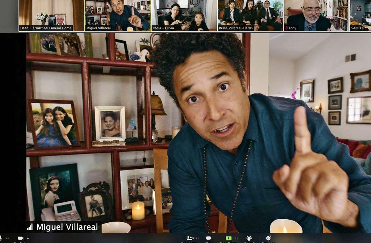 Miguel (Oscar Nuñez) leitet gerade eine virtuelle Aussegnungsfeier. Foto:Netflix Foto: