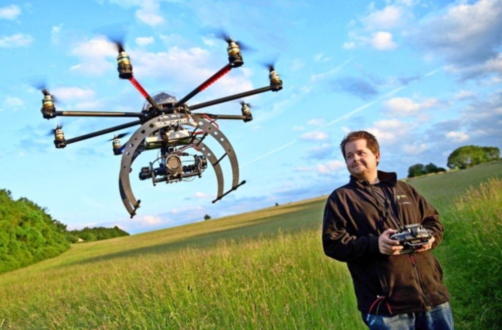 Christian Schwarzer führt in der Nähe von Erlangen ein Fluggerät für Filmaufnahmen vor. Foto: dpa