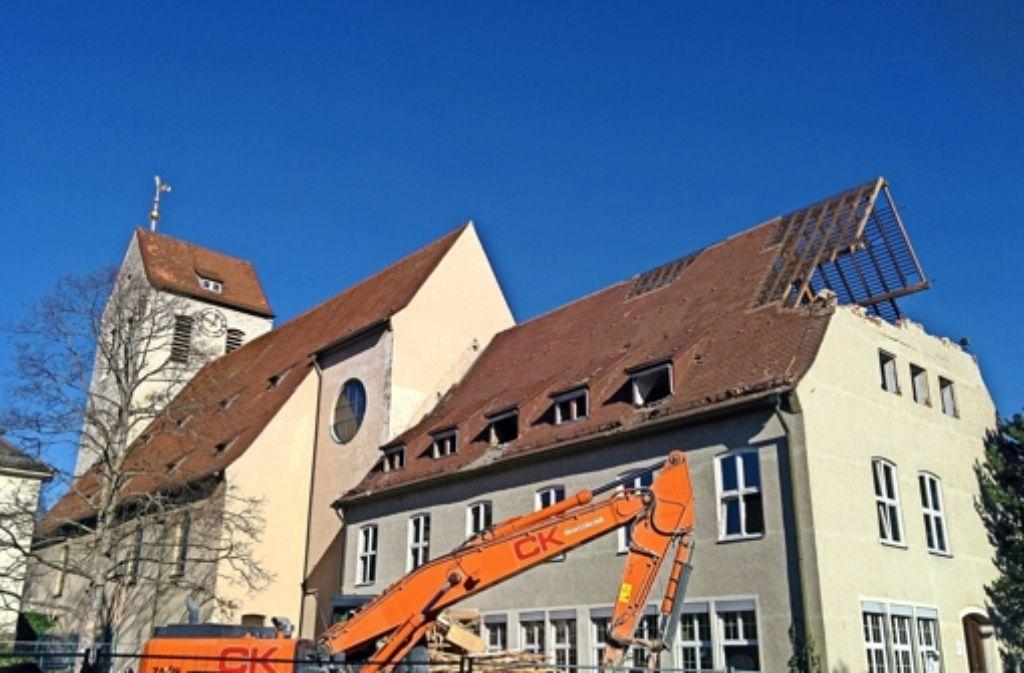 Der Abbruch bei der Christuskirche hat Ende vergangener Woche bei strahlendem Sonnenschein begonnen. Foto: Jürgen Brand