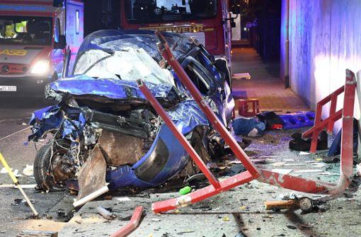 Auto stürzt von Brücke - Fahrer stirbt