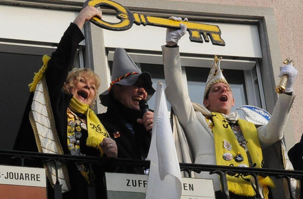 So sehen Sieger aus: Sandra I. und Sven I. präsentieren den Rathausschlüssel. Bezirksvorsteher Gerhard Hanus muss sich geschlagen geben. Foto: Georg Linsenmann