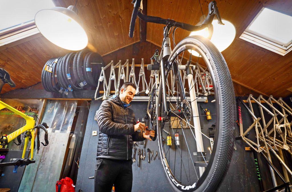 Fahrradbau auf engstem Raum: Nico Hoffmann stellt in seiner Hütte Fahrräder her – und will dabei jedes Gramm ausgestoßenes CO2 kompensieren. Foto: factum/Simon Granville