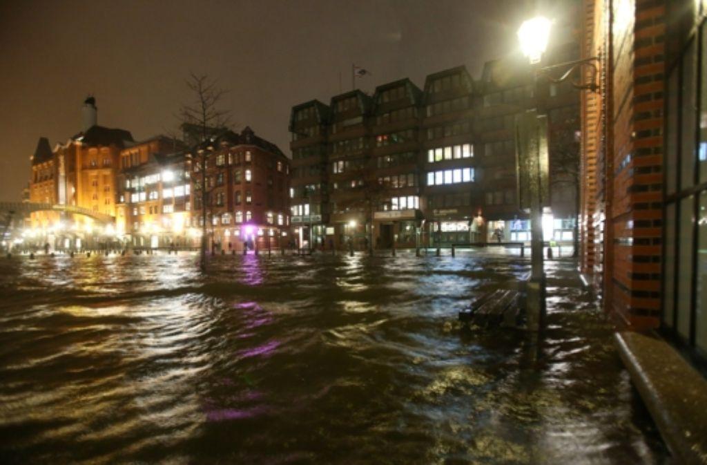 Xaver in Hamburg: Der berühmte Fischmarkt ist überflutet. Foto: dpa