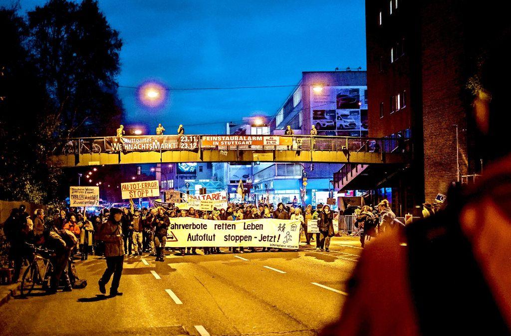 Die Demonstrationsteilnehmer haben am frühen Montagabend auf der B 14 zeitweise den Verkehr lahmgelegt. Foto: Lichtgut/Max Kovalenko