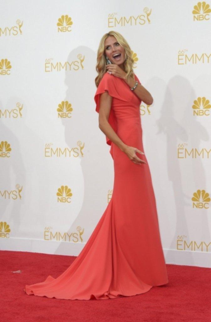 """Heidi Klum liegt voll im Emmy-Farbtrend: Ihr korallrotes Kleid von Zac Posen bekam durchweg gute Kritiken. Ihre Kleiderwahl bei den """"Creative Arts Emmy Awards"""" vergangene Woche war nicht annähernd so gut angekommen - wie eine Waschanlage sehe sie aus, hatte die Presse gelästert. Foto: dpa"""