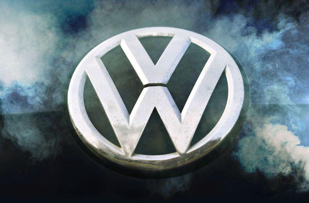 Volkswagen-Logo im Abgasnebel: Der Konzern muss neue Massenklagen befürchten. Foto: imago stock&people