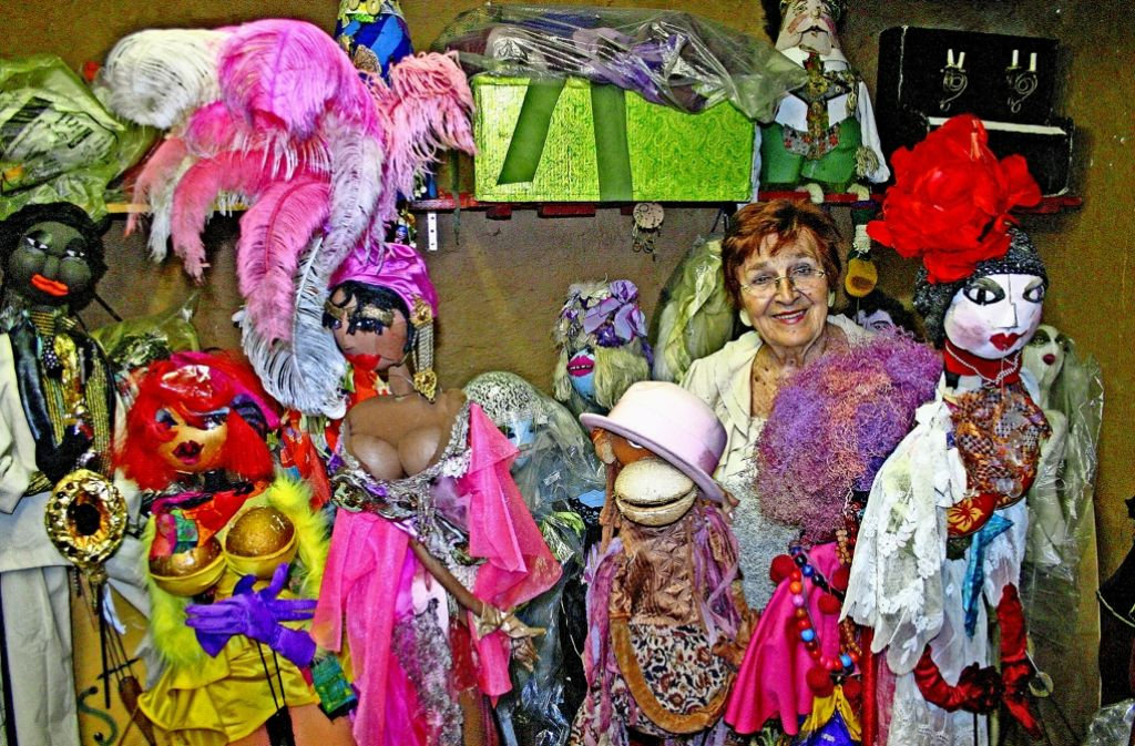 Anni Weigand, die 50 Jahre lang das Theater La Plapper Papp geleitet hat, verabschiedet sich im Sommer  mit ihren bunten  Geschöpfen Foto: Framl