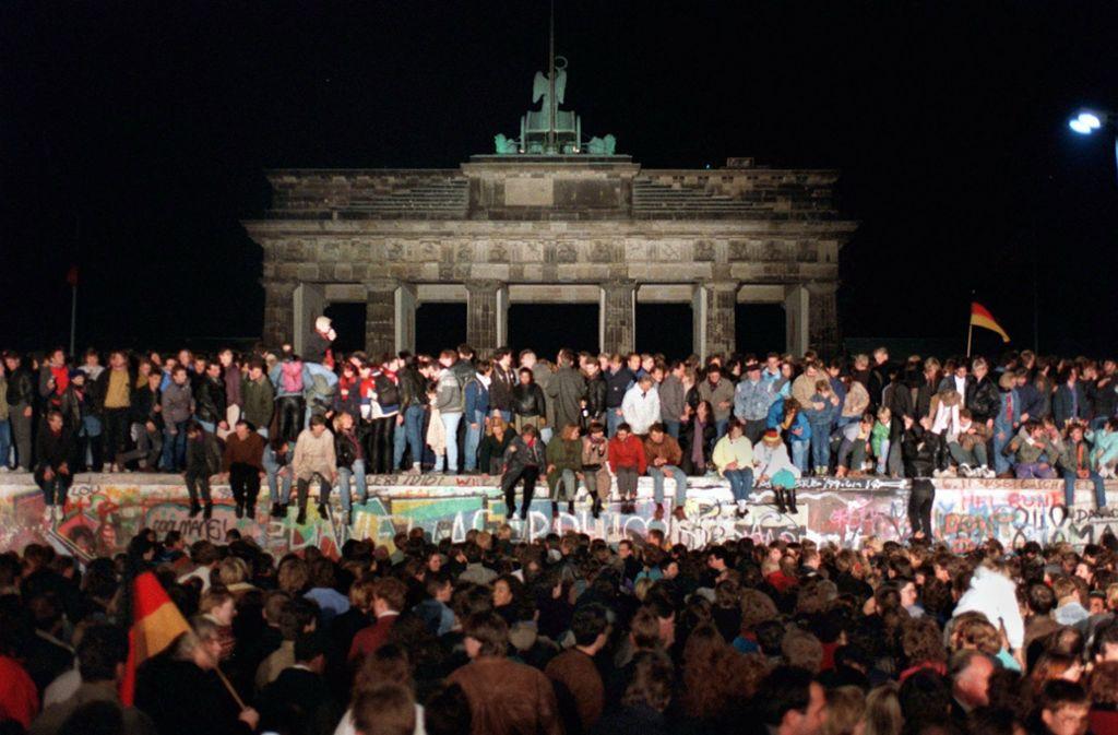 Am 9. November 1989 wurd die Berliner Mauer erstmals friedlich überwunden. Bürger aus DDR und Bundesrepublik feierten gemeinsam. Foto: dpa