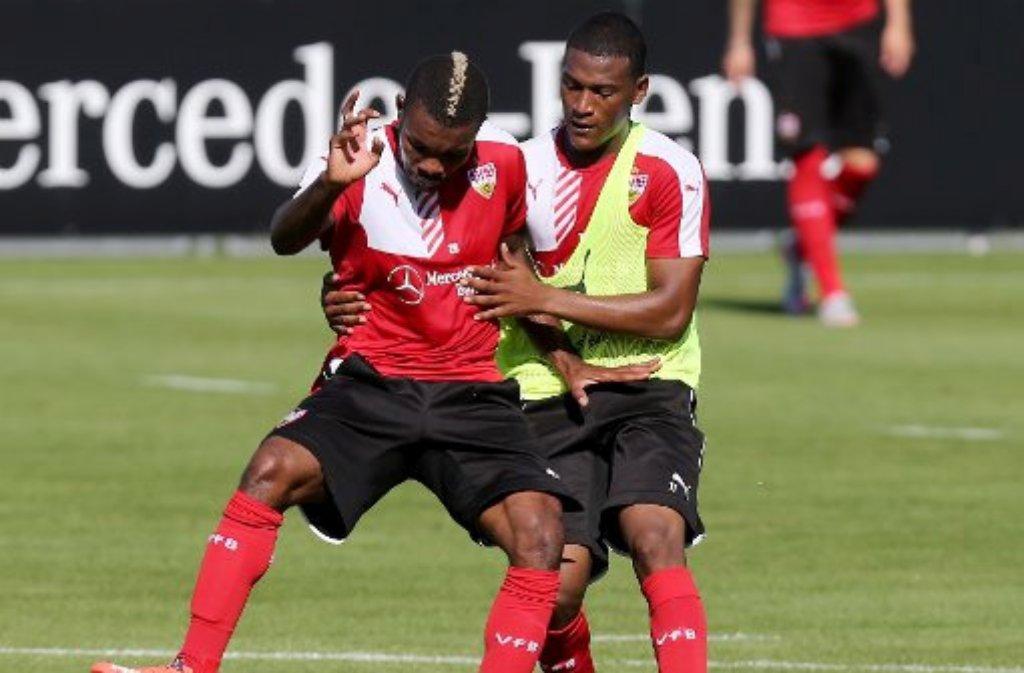 War im Mannschaftstraining beim VfB Stuttgart am Dienstag und Mittwoch dabei: Geoffroy Serey Dié (links, mit Carlos Gruezo). Hier gibt es die Trainingsbilder.  Foto: Pressefoto Baumann