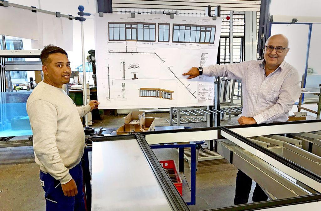 Anwar  H.-M. arbeitet jetzt bei Habdank Metallbau in Göppingen. Der Geschäftsführer Martin Habdank (rechts) ist voll des Lobes über den jungen Mann Foto: Simon Scherrenbacher