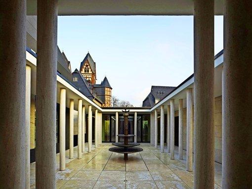 Der Innenhof des Limburger Bischofssitzes erinnert mit seinen Doppelstützen an einen mittelalterlichen Kreuzgang. Foto: Christian Richters