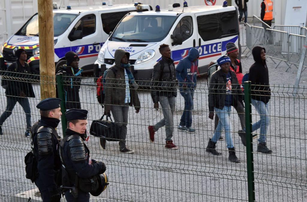 Die etwa 1500 Minderjährigen werden am 2. November 2016 von französischen Behörden aus dem ehemaligen Flüchtlingslager gebracht. Foto: AFP