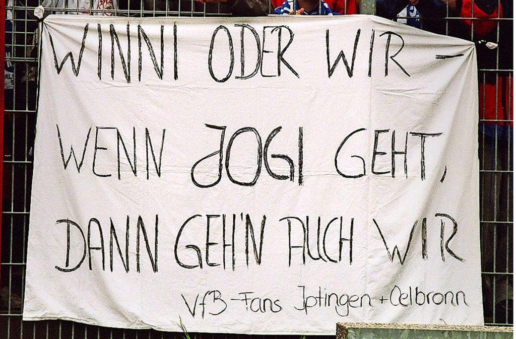 Vergeblicher Protest der VfB-Anhänger beim Spiel in Karlsruhe 1998 Foto: Baumann