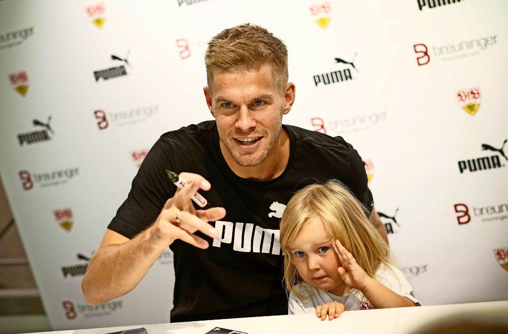 Autogrammstunde bei Breuninger: VfB-Star Simon Terodde nimmt auch am Dienstag auch für Fotowünsche mit den oft jungen Fans viel Zeit. Foto: Lichtgut/Leif Piechowski