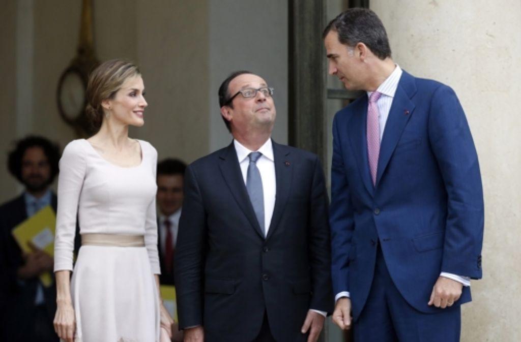 Großer König: Frankreichs Präsident François Hollande blickt zu Felie VI. von Spanien auf. Königin Letizia ist da eher auf Augenhöhe. Foto: dpa
