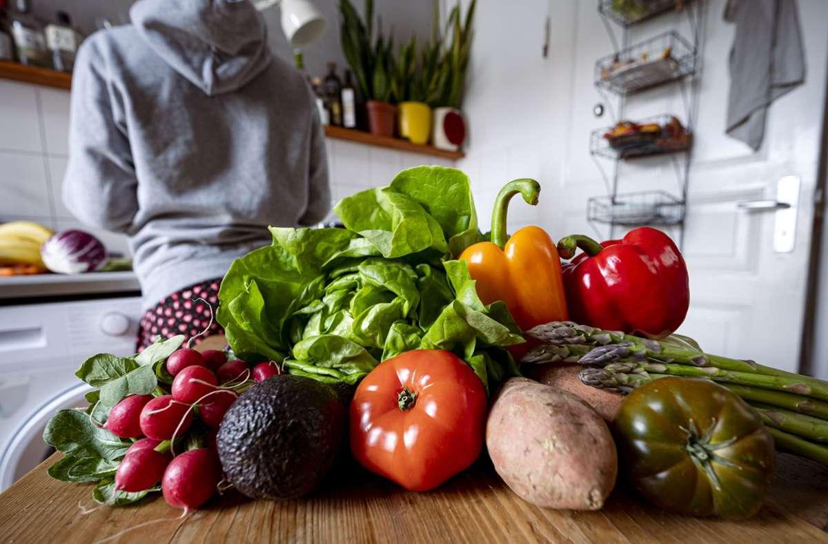 Brat- oder Tofuwurst, Nackensteak oder Seitanschnitzel? Diese Frage beantworten offenbar zunehmend mehr Verbraucherinnen und Verbraucher zugunsten der vegetarischen oder veganen Alternative Foto: Fabian Sommer/dpa