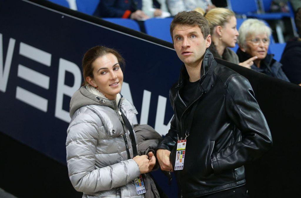 Fußball-Prominenz beim Reitsport-Spektakel: Thomas Müller drückt seiner Frau Lisa in der Schleyerhalle die Daumen in der Dressur Foto: Baumann