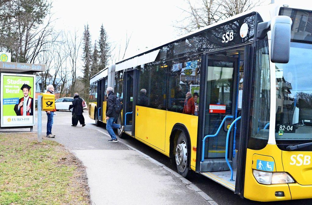 Wegen des niedrigen Bordsteins müssen Fahrgäste an der Haltestelle Hans-Rehn-Stift einen großen Schritt in und aus dem Bus machen. Foto: Sandra Hintermayr