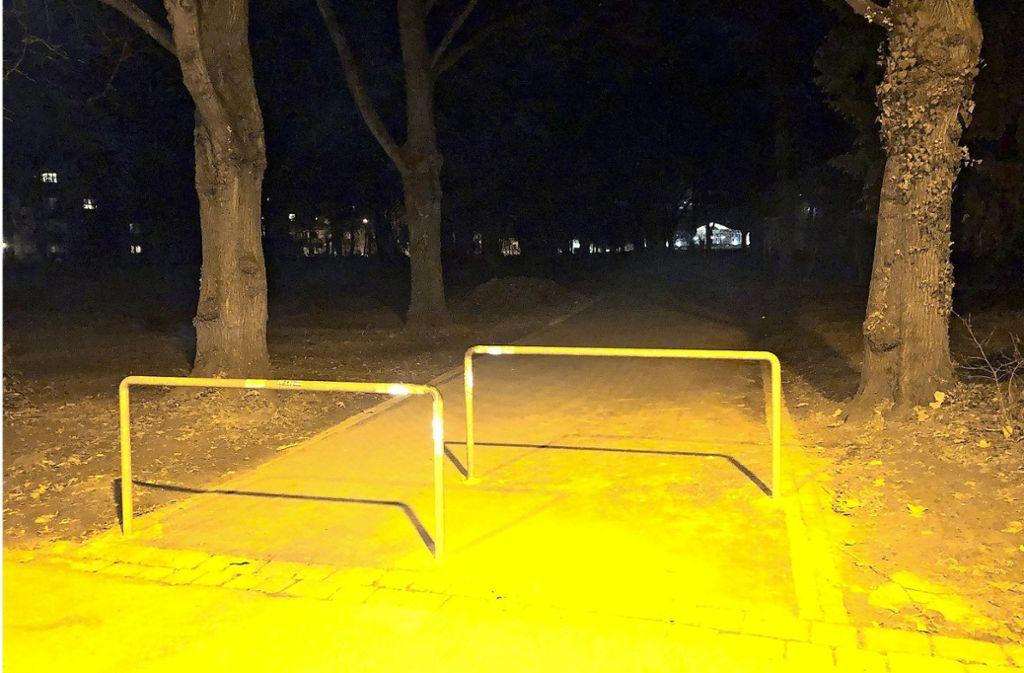 Der Weg durch den unteren Kurpark zum Kursaal ist nicht beleuchtet. Anwohner wünschen sich Lampen. Foto: Torsten Streib