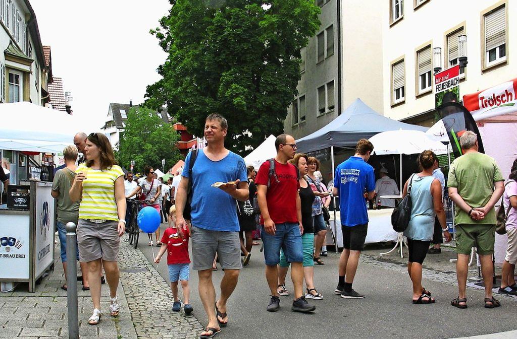 Nicht mehr nur in den Höfen wird gefeiert. Reges Treiben herrschte am Samstag auf der abschnittsweise gesperrten Stuttgarter Straße, wo an zahlreichen Ständen viel geboten wurde. Foto: Susanne Müller-Baji