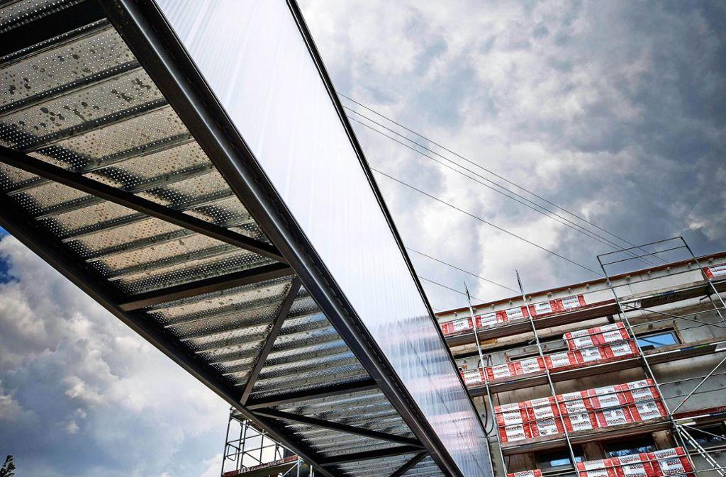 Der neue Steg ist an manchen Stellen zu niedrig gebaut. Foto: Gottfried Stoppel