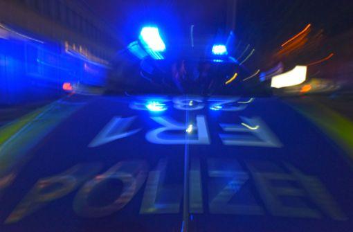 Menschengruppe blockiert Straße und bewirft Polizisten