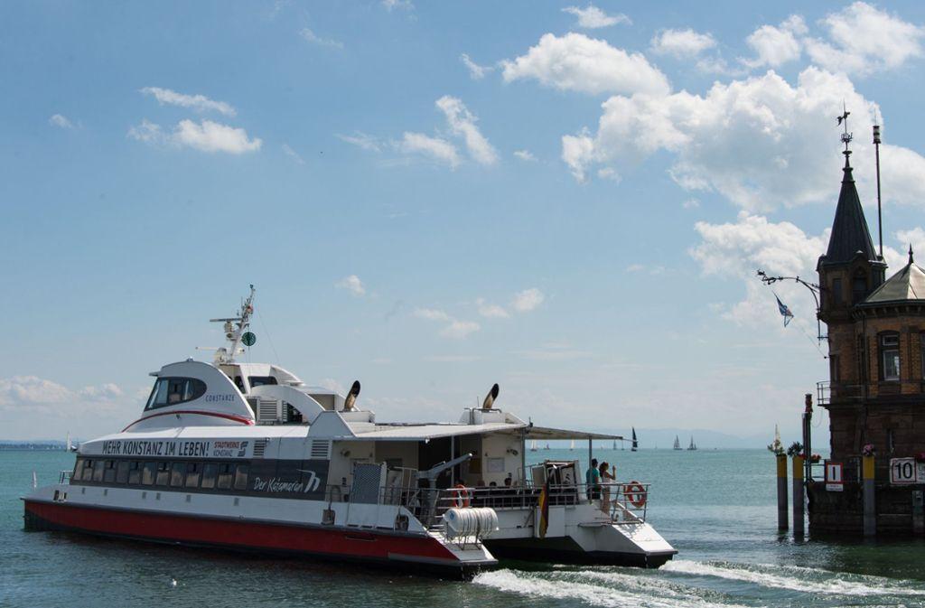 So gemütlich wie hier können die Katamarane auf dem Bodensee heute nicht fahren. Wegen Sturmböen wurde der Verkehr kurzfristig eingestellt. Foto: dpa