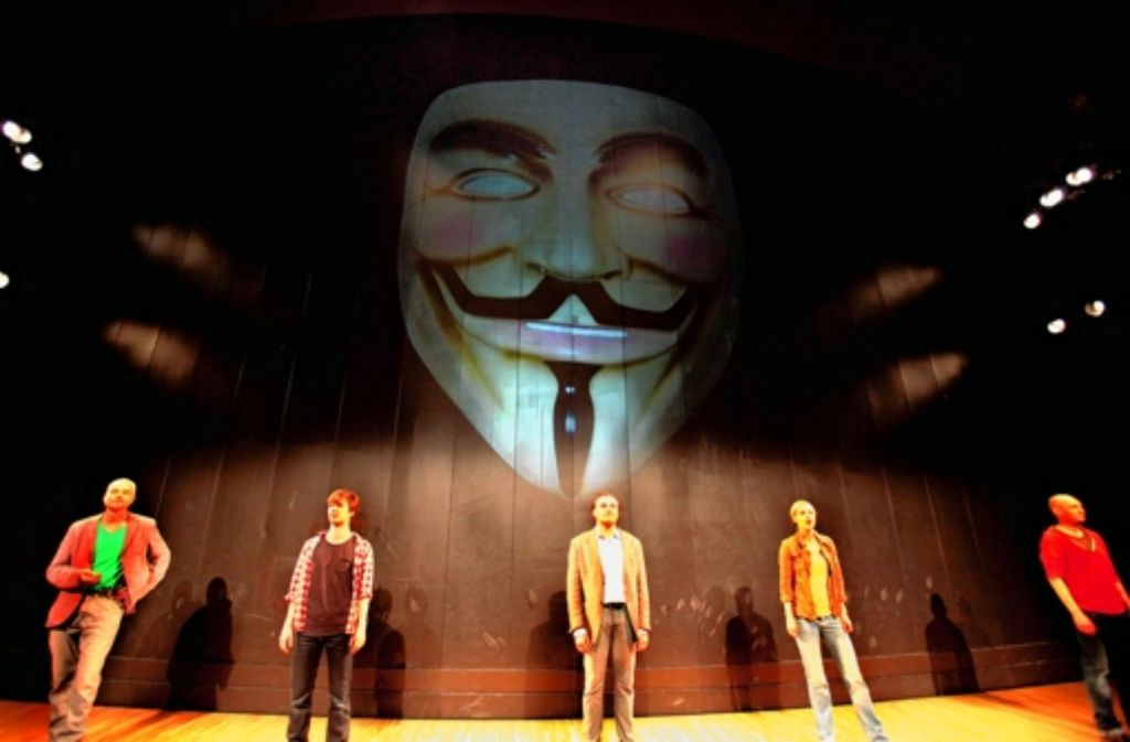 Unter den Augen von Guy Fawkes: das Occupy-Ensemble Foto: Theater