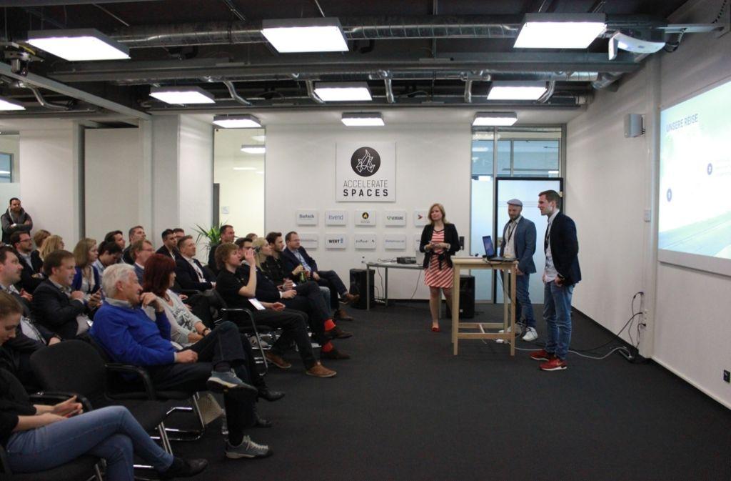 Das Team von Padaja, einer Plattform für Geschäftsreisebedarf, bei der Präsentation. Foto: Accelerate Stuttgart