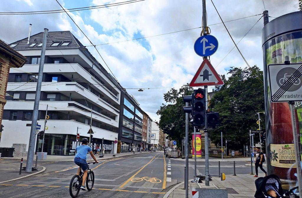 Viele Radler verstehen diese rote Ampel  als unverbindliche Handlungsempfehlung und fahren einfach  weiter. Foto: Kathrin Wesely