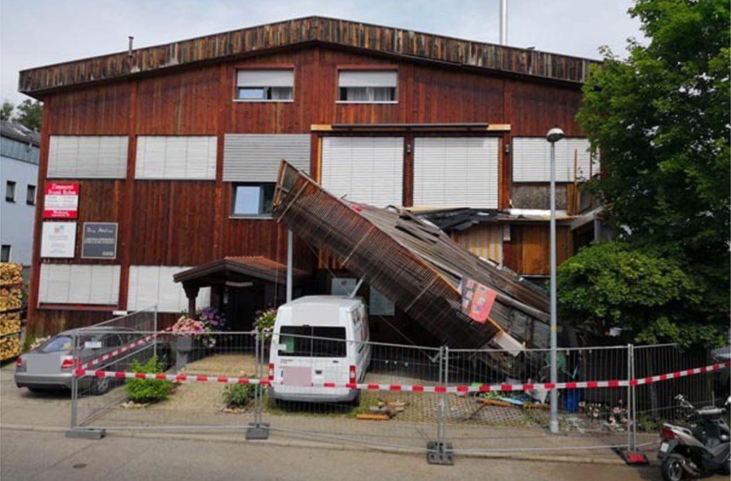 Der Transporter unter dem Balkon verhinderte wohl, dass der Unfall schlimmere Folgen hatte. Foto: Andreas Rosar