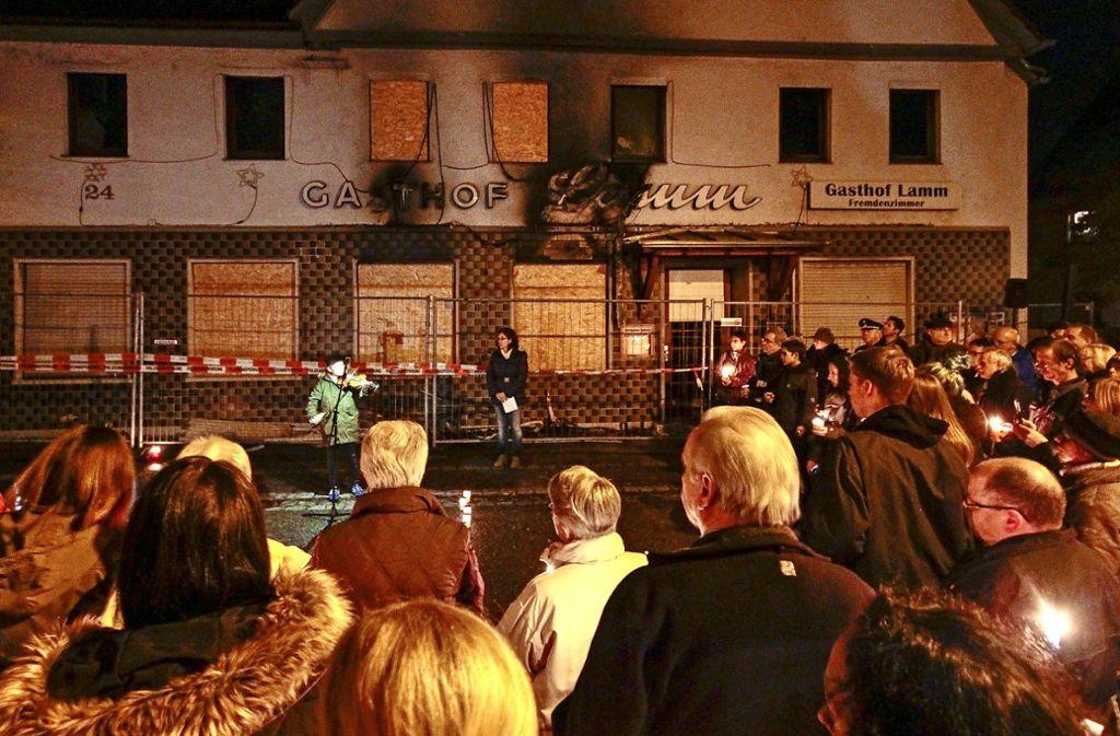 Mahnwache im Oktober 2015: Der Brand im Remsecker Gasthof Lamm hat bundesweit Schlagzeilen produziert – und Mitgefühl ausgelöst. Foto: factum/ Archiv