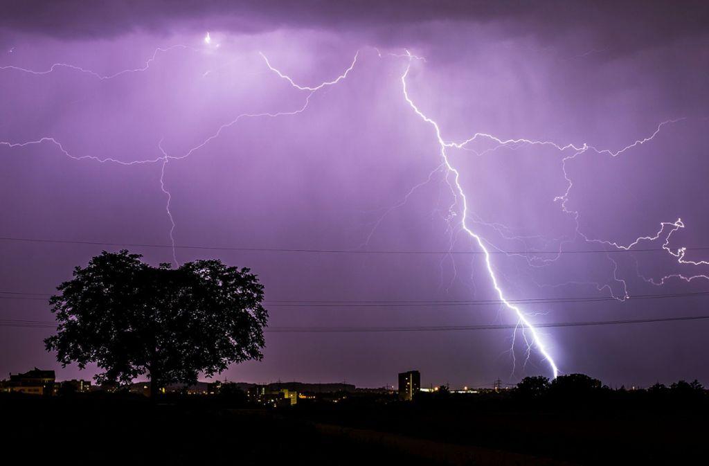 Am Wochenende bestimmen Unwetter mit Gewitter und Starkregen das Wetter in Stuttgart und dem Südwesten. Foto: dpa/Christoph Schmidt